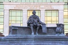 Monumento di Ivan Shuvalov davanti alla costruzione della biblioteca fondamentale dell'università di Stato di Mosca La città di M fotografia stock libera da diritti