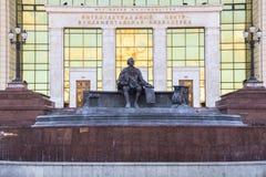 Monumento di Ivan Shuvalov davanti alla costruzione della biblioteca fondamentale dell'università di Stato di Mosca La città di M Immagini Stock