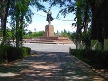 Monumento di Lenin nella città di Oš fotografie stock libere da diritti