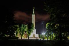 Monumento di libertà nella notte immagini stock libere da diritti