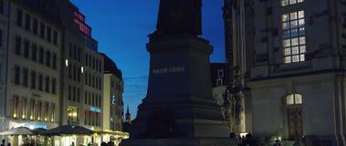 Monumento di MARTIN LUTHER, dietro Dresda Frauenkirche una chiesa luterana alla notte stock footage
