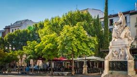 Monumento di Pedro Calderon de la Barca al quadrato di Santa Ana a Madrid, Spagna fotografie stock