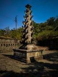 monumento di pietra del deepastambha in un vecchio tempio antico fotografia stock libera da diritti