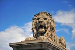 Monumento di pietra del leone nel ponte a catena Fotografie Stock
