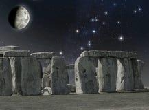 Monumento di Stonehenge nella luce della luna immagini stock libere da diritti