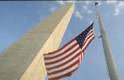 Monumento di Washington e della bandiera americana Fotografie Stock