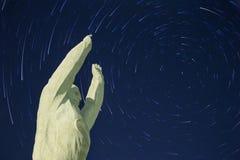 Monumento di Yuri Gagarin Bajkonur Fondo di Startrails fotografia stock libera da diritti