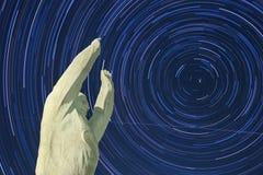 Monumento di Yuri Gagarin Bajkonur Fondo di Startrails fotografie stock libere da diritti