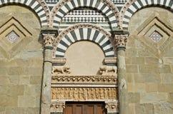 Monumento dianteiro velho da porta da igreja de Pistoia Fotos de Stock