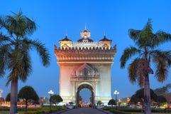 Monumento do arco de Patuxai, porta da vitória na noite Marco famoso Imagem de Stock