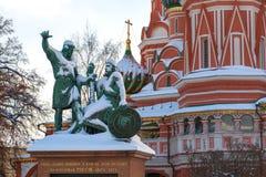 Monumento do cidadão Minin e príncipe Pozharsky perto da catedral do ` s da manjericão do St no quadrado vermelho imagens de stock