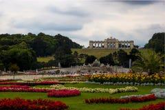 Monumento do ` de Gloriette do ` no parque do ` do palácio de Schonbrunn do ` com as flores na parte dianteira fotografia de stock