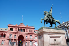 Monumento do general Belgrano na frente da casa Rosada (casa cor-de-rosa) Fotografia de Stock Royalty Free
