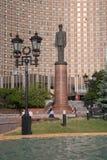 Monumento do general de Gaulle, fachada do hotel do cosmos do andt dos postes de luz mim Imagem de Stock Royalty Free