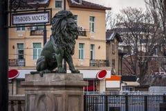 Monumento do leão na capital de Bulgária, Sófia Um símbolo importante do estado histórico da coligação política socialista anteri Imagens de Stock