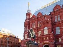 Monumento do marechal Zhukov perto do museu histórico imagens de stock
