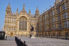 Monumento do rei no palácio de Westminster em Londres imagens de stock royalty free