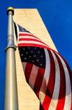 Monumento e bandiera americana di Washington Fotografia Stock