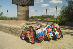 Monumento e fiamma eterna con la corona Fotografia Stock