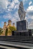 Monumento e iglesia ortodoxa en Resita, Rumania imagen de archivo libre de regalías