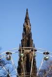 Monumento e rotella di Ferris Fotografie Stock Libere da Diritti