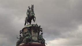 Monumento ecuestre de bronce de Nicolás I de Rusia en cuadrado del ` s del St Isaac almacen de metraje de vídeo