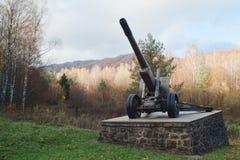 Monumento en Dukelsky Priesmyk en Eslovaquia - guerra mundial de la forma del cañón foto de archivo libre de regalías