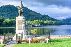 Monumento en el lago Fyfe en Inveraray, Escocia Imagen de archivo