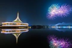 Monumento en el parque de rey Rama IX con el fondo del fuego artificial Fotos de archivo libres de regalías