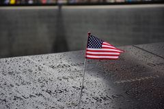 Monumento en el punto cero Manhattan para el terrorista Attack del 11 de septiembre con una bandera americana que se coloca cerca Fotos de archivo libres de regalías