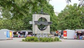Monumento en honor del tricentenario de la flota con el ` de la inscripción 300 años de ` ruso de la flota Imagenes de archivo