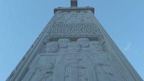 Monumento en la catedral de la trinidad santa de Tbilisi Tsminda Sameba - Georgia almacen de metraje de vídeo