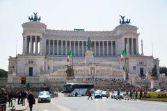 Monumento equestre a Victor Emmanuel II vicino a Vittoriano al giorno a Roma fotografia stock
