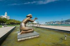 Monumento, fonte que dá a água em Novorossiysk na margem Região de Krasnodar Rússia O ` da escultura que dá o ` s da água imagem de stock royalty free