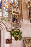 Monumento funerario del ` s de Shakespeare en la pared sobre su sepulcro en la iglesia colegial de la trinidad santa y sin repart Imágenes de archivo libres de regalías