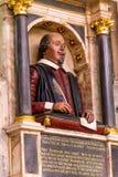 Monumento funerario del ` s de Shakespeare en la pared sobre su sepulcro en la iglesia colegial de la trinidad santa y sin repart Imagen de archivo