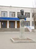 Monumento a Fyodor Ivanovich Tolbuhin na entrada principal ao distrito do Lyceum ?1 (22 escola) Krasnoarmeisky, Volgograd Fotos de Stock Royalty Free