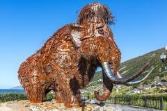 Monumento gigantesco do metal em Magadan fotos de stock royalty free