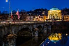 Monumento Gran Madre alla notte con il ponte ed il fiume Immagini Stock Libere da Diritti