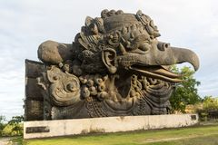 monumento Grande-escalado de la estatua de Garuda en parque cultural de GWK un pájaro místico en Garuda Wisnu Kencana en Uluwatu imagenes de archivo