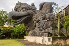 monumento Grande-escalado de la estatua de Garuda en parque cultural de GWK un pájaro místico en Garuda Wisnu Kencana en Uluwatu imagen de archivo