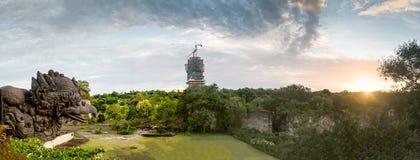 monumento Grande-escalado de la estatua de Garuda en parque cultural de GWK un pájaro místico en Garuda Wisnu Kencana en Uluwatu fotos de archivo