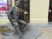 Monumento a Gregory Ponomarenko vicino a Krasnodar filarmonico immagine stock libera da diritti
