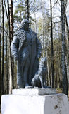 Monumento à guarda fronteiriça do exército vermelho com um cão do serviço em um plutônio Imagem de Stock