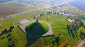 Monumento histórico na interseção da estrada Monumentos aéreos da cidade da paisagem filme