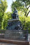 Monumento a Ivan Krylov en el jardín del verano en St Petersburg Foto de archivo libre de regalías