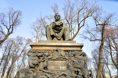 Monumento a Ivan Krylov no jardim do verão Fotografia de Stock