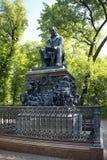 Monumento a Ivan Krylov no jardim do verão em St Petersburg Foto de Stock Royalty Free