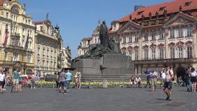 Monumento a Jan Gus na praça da cidade velha em um dia ensolarado praga vídeos de arquivo