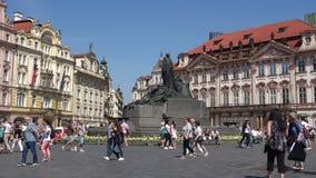 Monumento a Jan Husa na praça da cidade velha em um dia ensolarado praga filme